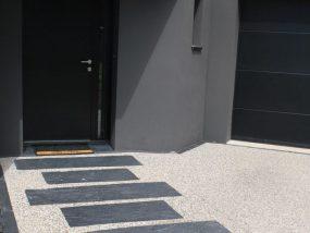 Béton désactivé avec chemin ardoise, bordure chaînette ardoise
