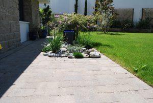 Terrasse pavée avec fontaine